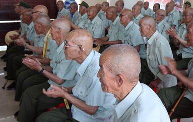 """山东利发氯化钙在纪念""""七七事变""""之前慰问老红军战士"""